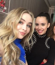 Sabrina Carpenter y Sofia Carson Sofia Carpenter, Sabrina Carpenter Style, Sophia Carson, Adventures In Babysitting, Mal And Evie, Disney Channel Stars, Hollywood Party, Girl Meets World, Famous Singers