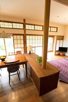 テーブル脇のキャビネットは、建築家の提案で造りつけに。仕切りの役割も果たし、空間のアクセントとなっている。