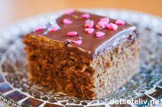 Lys sjokoladekake i langpanne med Nugatti melkesjokoladeglasur | Det søte liv Krispie Treats, Rice Krispies, Vanilla Cake, Restaurant, Chocolate, Desserts, Recipes, Food, Lily