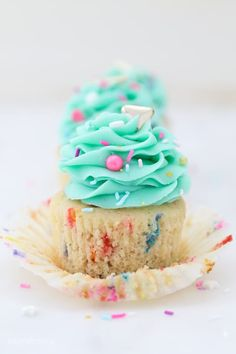 These homemade Funfetti Cupcakes are the moist, light and fluffy and loaded with sprinkles. You'll ditch the cake mix after you try these easy funfetti cupcakes. Vanilla Frosting, Buttercream Frosting, Vanilla Cake, Oreo Frosting, Vanilla Cupcakes, Chocolate Frosting, Chocolate Cake, Marshmallow Cupcakes, Mocha Cupcakes
