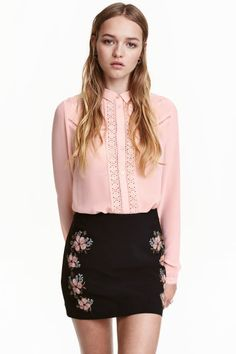 Embroidered blouse: Long-sleeved blouse in viscose crêpe with inset lace sections and a decorative hole pattern. The blouse is embroidered at the top with a collar, buttons down the front and narrow, scallop-edged, buttoned cuffs.
