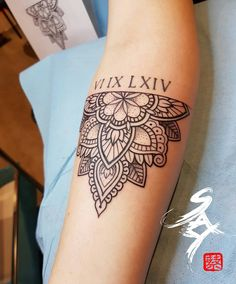dessins de tatouage 2019 put the father daughter symbol on the inside with his birth date - Tattoo Designs Photo Mandala Wrist Tattoo, Mandala Tattoo Design, Henna Tattoo Designs, Wrist Tattoos, Sleeve Tattoos, Symbol Tattoos, Tattoo Ideas, Father Daughter Tattoos, Father Tattoos