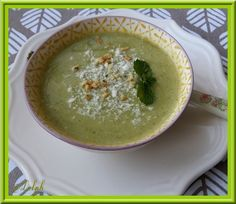 Une petite recette de soupe que j'ai trouvé dans mon magazine Cuisine Actuelle...C'est la saison des soupes et je change de goût régulièrement... La petite touche de menthe apporte beaucoup de fraîcheur à cette soupe. Ingrédients: 1 oignon 3 courgettes...