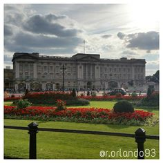 Buckingham palace - London (UK) #buckinghampalace #london #westminster #uk #queen #elisabeth2 #goodsavethequeen #royal #igtravel #instapassport #instatravel #instatraveling #mytravelgram #photooftheday #travel #travelgram #art #beautiful #capture #exposure #focus #photo #photography #picoftheday #pic#picture #TagsForLikes #architecture #natureandcity #skyporn by r.orlando93