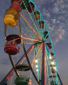 ITAP of this ferris wheel at the county fair last fall Neon Aesthetic, Summer Aesthetic, Fair Photography, Amazing Photography, Farris Wheel, Fair Pictures, Motion Wallpapers, Fair Rides, Dark House