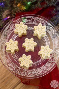 Lodowe płatki śniegu / Glacial Snow Flakes. Przepis na słodkie czekoladki z Harry'ego Pottera znajdziesz na blogu miodowekrolestwo.com, pod linkiem: https://miodowekrolestwo.com/2018/02/lodowe-platki-sniegu/