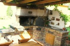 Komplett kis nyári konyha, amibe tökéletesen beillik a természetes anyagokból készült sütő is. Fotó: pinterest.com.
