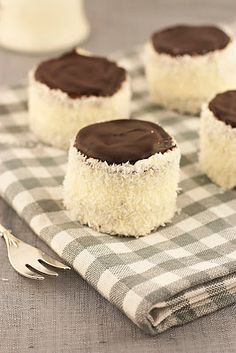 "Sweet corner: Ruske kape - šubare / ""Russian hats"" - buttercream mini cakes with coconut"