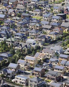 """A cidade de Ota, que fica na província de Gunma, no Japão, conta com mais de 1000 residências com painéis solares, tornando-se conhecida como """"A cidade solar"""". O sistema fotovoltaico utilizado em Ota, além de não agredir o meio ambiente, proporciona uma considerável redução na conta de energia elétrica, e ainda pode ser armazenada. A energia armazenada pode também ser vendida para as concessionárias de energia elétrica podendo assim render até US$ 50 por mês."""