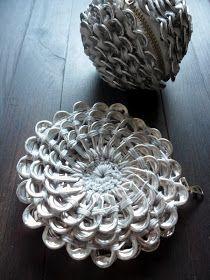 DIY Crochet Pop Tab Flower Purse Free Pattern: Crochet Pull Tab Flower Purse -- cute pretty crochet Round metallic clutch purse Using Soda Tabs Pop Top Crochet, Crochet Diy, Crochet Round, Crochet Motif, Crochet Crafts, Crochet Flowers, Tutorial Crochet, Soda Tab Crafts, Can Tab Crafts