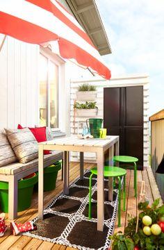 Altan med FALSTER bord, bænk, taburetter, parasol og skabe. Nyd sommeren.