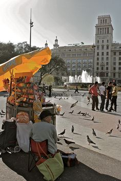 A la Plaça Catalunya, paradeta de veces per als coloms (el pare me les comprava ♥)