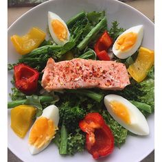 Sweet Chilli @musclefooduk baked salmon fillet on a bed of mixed salad leaves, spinach, green beans, tender stem broccoli florrets, peppers roasted in @lucybeecoconut oil and a hard boiled egg, drizzled in @waldenfarmsinternational zero calorie balsamic vinaigrette.