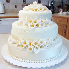 Wedding Cake With Calla Lilies | Round Wedding Cakes With Calla Lilies Picture in Wedding Cake