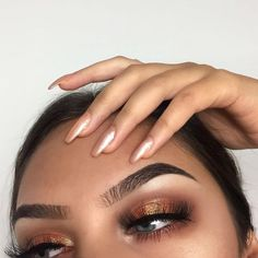 There are a lot of people who nowadays are applying cosmetics using their fingers, in my opinion it looks a lot better if applied using a make-up brush. This article describes the reasons for this and looks at the types of make-up bru Eye Makeup Tips, Smokey Eye Makeup, Makeup Goals, Skin Makeup, Makeup Hacks, Makeup Brushes, Makeup Ideas, Makeup Eyebrows, Makeup Guide