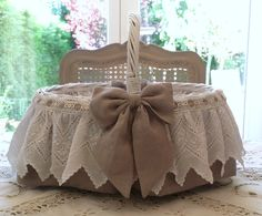 PANIER EN OSIER SHABBY CAMPAGNE CHIC PATINÉ BLANC PUR LIN BRODERIE ANCIENNE