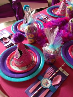 Love the set up of the kid table! But in Elmo of course :) Kids Party Tables, Birthday Party Tables, Kid Table, 1st Birthday Party For Girls, Frozen Birthday Party, Elmo Birthday, Birthday Ideas, Sesame Street Birthday Cakes, Elmo Party