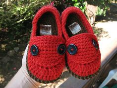 crochet baby shoes..... soo cute!  not for kan man but maybe for his baby brother or sister.  future that is :)