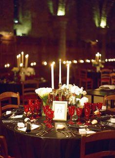 mariage, mariage brésilien, verres à pieds, verre à pieds rouges, verres rouges, nappes noires, mariage élégant, bougies, bougeoirs, ambiance tamisée, compositions florales blanches, fleurs blanches, compositions basses