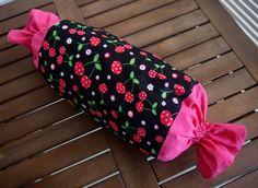 Ateliê da Russa  Puxa saco feito em tecido tricoline (100% algodão), duas estampas: rosa com bolinhos brancos e cerejas com fundo preto Aberturas com elastico Medidas aproximadas: comprimento 52cm  x diâmetro 22cm
