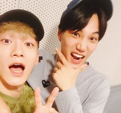 """Chen y Kaide EXO recientemente aparecieron en la emisión del 27 de julio del programa de radio """"NCT's Night Night"""" y hablaron de todo un poco. Durante la trasmisión, una oyente preguntó si habían """"vídeos legendarios"""" que ella absolutamente debería ver, pues era una fan nueva de EXO. Kairecomendó sus presentaciones de las ceremonias de …"""
