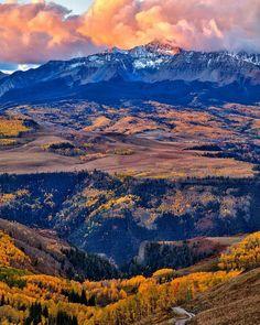 Excelente inicio de semana! Fotografía cortesía de @larsleberphotography  #LaCuadraU #Momentum #MomentumLCU #Mountains #Nature #Naturaleza #Amanecer #FelizDia
