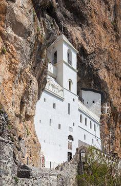 Monastère d'Ostrog, Montenegro. Le monastère d'Ostrog (en serbe : Манастир Острог, Manastir Ostrog) est un monastère de l'Église orthodoxe serbe imbriqué dans une falaise du mont Ostrog, au Monténégro. Cet édifice est dédié à Saint-Basile d'Ostrog (Sveti Vasilije Ostroški) dont des reliques sont conservées dans une chapelle du XVIIe siècle. C'est un lieu de pèlerinage réputé pour ses guérisons miraculeuses.