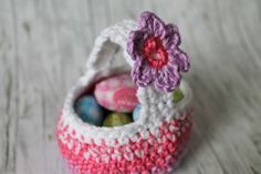 Instructions: Crochet Easter baskets - LIVING Anleitung: Osterkörbchen häkeln – WOHNKLAMOTTE Easter is just around the corner and you still need small gifts? With these instructions you can easily crochet a cute Easter basket. Easy Knitting Patterns, Knitting Projects, Crochet Projects, Crochet Patterns, Crochet Easter, Knitted Blankets, Easter Baskets, Small Gifts, Easter Crafts