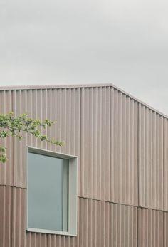 British Architecture, Sustainable Architecture, Contemporary Architecture, Architecture Details, Industrial Sheds, Arched Cabin, Niche Design, Metal Facade, Warehouse Design