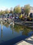 Auto neemt onvrijwillige duik in Pekelharinghaven Medemblik