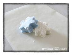 מרשמלו ביתי כחול לבן blue+white home made marshmallows, Blue and white Jewish star shapes. לכבוד יום העצמאות, הדרכה להכנת מרשמלו ביתי בצורת מגן דוד בצבעי כחול ולבן http://shikmabenmelech.com/2015/04/22/%D7%9E%D7%AA%D7%95%D7%A7-%D7%9B%D7%97%D7%95%D7%9C-%D7%9C%D7%91%D7%9F/