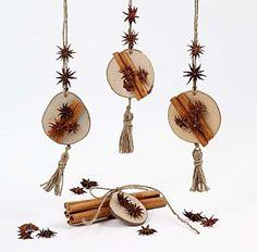12247 Hangende kerstdecoraties van natuurlijke materialen. ........ en het ruikt ook nog eens lekker