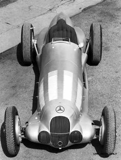anniversary of the Mercedes Benz Silver Arrow – 595 bhp and 750 kg in … Geburtstag des Mercedes Benz Silver Arrow – 595 PS und 750 kg im Jahr 1937 Mercedes Auto, Daimler Benz, Classic Mercedes, Benz S, Vintage Racing, Vintage Cars, Sport Cars, Race Cars, Motor Sport