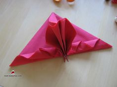 pliage de serviettes en accordéon triangle http://noel.toosurtoo.com/decorations/pliage-serviettes/accordeon-triangle.html