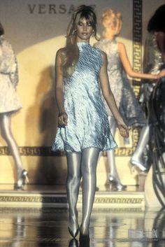 Claudia Schiffer, Versace Spring Ready to Wear News Fashion, 80s And 90s Fashion, Fashion History, High Fashion, Claudia Schiffer, Versace Fashion, Runway Fashion, Versace Designer, Gianni Versace