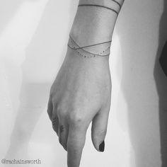 """10.4 tis. To se mi líbí, 104 komentářů – Little Tattoos (@littletattoosz) na Instagramu: """"Fine lines & dots bracelets by @rachainsworth"""""""