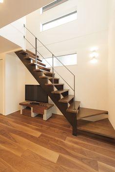 リビングに設けたおしゃれなストリップ階段。外からの視線を遮り、吹き抜け越しに光りが落ちる設計になっています。 Flur Design, Hall Design, Style At Home, Staircase Wall Decor, Stair Railing Design, A Frame House, Floating Stairs, Banisters, Home And Living
