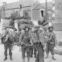 Commandos of No. 4 Commando, Special Service Brigade, and troops of British Airborne Division in Bénouville after the link-up between the two forces, 6 June British Soldier, British Army, Canadian Soldiers, Military Photos, Military History, Military Gear, British Commandos, D Day Normandy, Normandy Ww2