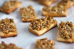 MIODOWE CIASTECZKA ZE SŁONECZNIKIEM - Limonkowy - blog kulinarny Cookies, Blog, Crack Crackers, Biscuits, Blogging, Cookie Recipes, Cookie, Biscuit
