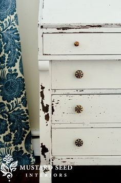 grain sack milk paint from @Mustard Seed - milk paint for this chippy look. Could I do this?