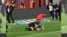 Avni Aker'de hakeme saldıran taraftar yakalandı: 24 Nisan'da Trabzonspor-Fenerbahçe müsabakasında sahaya girerek müsabakanın 5. hakemi Volkan Bayarslan'a saldıran O.M. 2.Lig Beyaz Grup maçında gözaltına alındı.