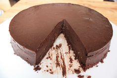 Recept uit Feast, door Nigella Lawson. Voor de bodem: 125 g mariakoekjes 60 g boter 1 eetlepel cacao Voor de vulling: 175 g pure chocolade, in kleine stukjes gehakt 500 g roomkaas, op kamertemperat...