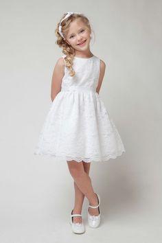 coiffure petite fille: tresse aur le côté, bandeau et robe en dentelle