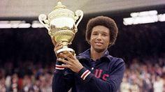 No interrogues, agradece! Arthur Ashe, fue un gran tenista afroamericano nacido en 1943, en Virginia, Estados Unidos. Ashe se convirtió en una leyenda del tenis #profesional. En 1963 fue el primer jugador afroamericano en formar parte de un equipo estadounidense de #CopaDavis. En 1968 ganó el Abierto de los Estados Unidos (su primer Grand Slam) y llevó al equipo norteamericano a consagrarse campeón de Copa Davis.