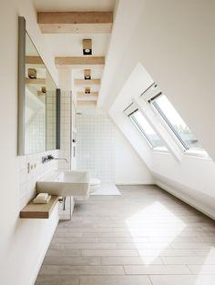 bagno mansardato Loft Bathroom, Bathroom Interior, Modern Bathroom, White Bathroom, Narrow Bathroom, Washroom, Neutral Bathroom, Interior Paint, Bathroom Furniture