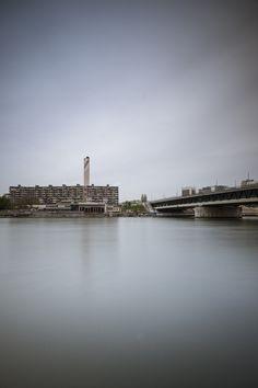 Doppelstöckige Dreirosenbrücke über den Rhein, mit der Basler Industrie