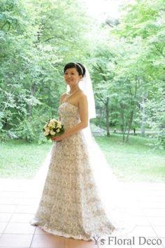 白グリーンのタフなお花のクラッチブーケ お式の前日にお引渡し、軽井沢高原教会挙式の新婦さんへ