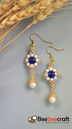 Beebeecraft tips on making dangle earrings with pearlbeads and glassbeads. Ear Jewelry, Bead Jewellery, Jewelry Crafts, Jewelry Making, Jewelry Design Earrings, Glass Jewelry, Beaded Earrings Patterns, Bead Earrings, Beaded Bracelets