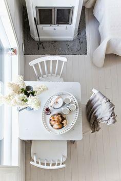 Ein Hauch Skandinavien für den Monat Mai. Schlüsselelemente sind weiße Holzmöbel und -dielen. http://rouvajonesinkotona.blogspot.de/