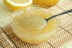 La crema al limone leggera è una versione delicata e light della crema al limone, preparata senza uova, senza burro e senza latte.